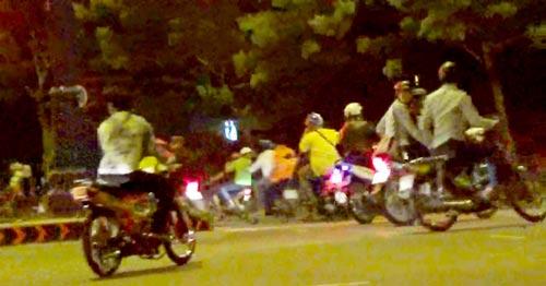Các tay đua tụ tập dưới chân cầu Nguyễn Văn Cừ (đoạn giáp ranh giữa quận 1 và quận 5, TP HCM) vào lúc 4 giờ ngày 25-9. Ảnh: LÊ PHONG