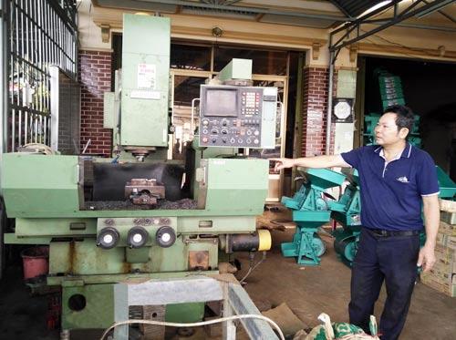 Ông Bảy giải thích về cơ chế hoạt động của máy sấy NK700