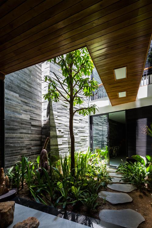 Vườn cây trổ ra từ mặt tiền ngôi nhà ở Đà Nẵng