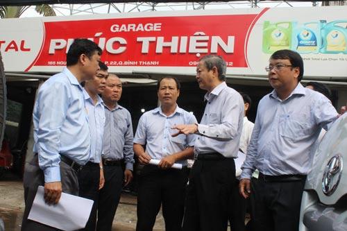 Ông Lê Văn Khoa, Phó Chủ tịch UBND TP HCM (thứ hai từ phải sang), đi thị sát và chỉ đạo giải pháp chống ngập ở quận Bình Thạnh