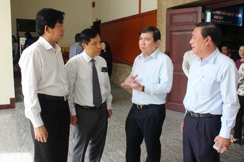 Chủ tịch UBND TP HCM Nguyễn Thành Phong trao đổi với lãnh đạo các sở - ngành bên lề hội nghị Ảnh: BẢO NGHI
