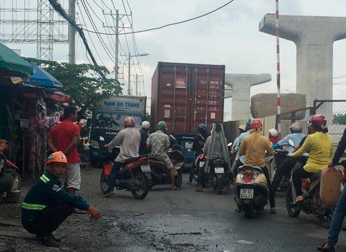 Dù vi phạm lệnh cấm nhưng 2 xe vẫn quyết không nhường nhau khiến đường Nguyễn Văn Bá kẹt cứng vào chiều 28-10 Ảnh: HOÀNG TRIỀU