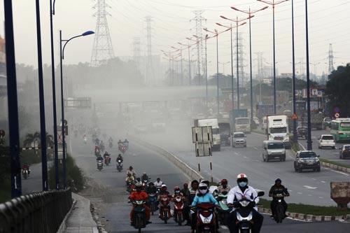 Bụi bay mù mịt ở đoạn trạm thu phí xa lộ Hà Nội (quận Thủ Đức, TP HCM)