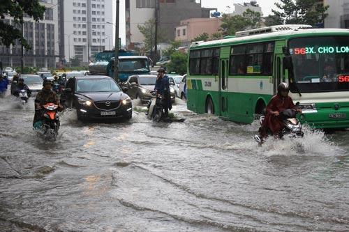 Đường Nguyễn Hữu Cảnh (quận Bình Thạnh) ngập sâu do mưa và triều cường dâng vào chiều 3-10 Ảnh: SỸ ĐÔNG
