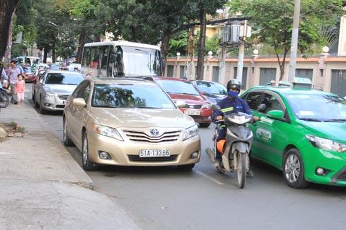 Ô tô đậu dưới lòng đường Nguyễn Đình Chiểu, quận 1 gây cản trở giao thông