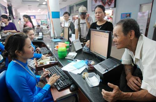 Nhiều người đến ga Sài Gòn hỏi thông tin mua vé tàu Tết Ảnh: HOÀNG TRIỀU