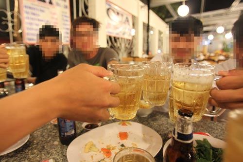 Uống rượu bia lúc nghỉ trưa sẽ khó làm việc được vào buổi chiều Ảnh: Hoàng Triều