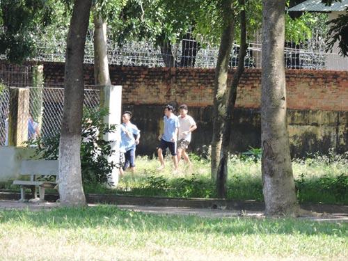 Các học viên cai nghiện ở tỉnh Bà Rịa - Vũng Tàu trốn ra ngoài vào sáng 9-11 Ảnh: NGỌC GIANG