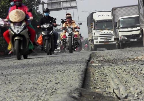 Quốc lộ 1, đoạn chân cầu vượt ngã tư Bình Phước (quận Thủ Đức, TP HCM), bị hư hỏng nặng, chực chờ gây họa