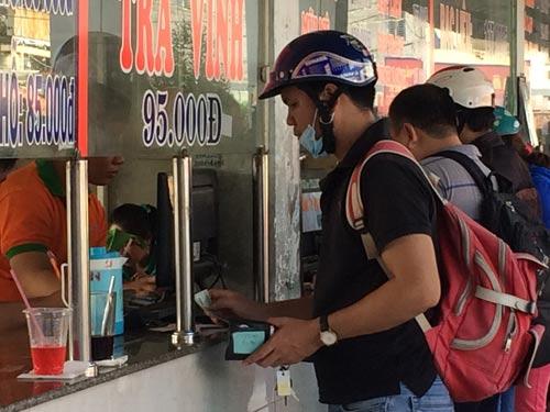 Người dân mua vé tại Bến xe Miền Đông