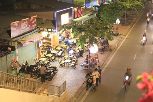 Quán nhậu trên đường Phạm Văn Đồng, phường 13, quận Bình Thạnh bày biện bàn ghế ngay trên vỉa hè