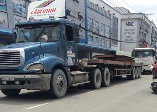 Một xe container chở hàng chục tấn sắt trên đường Trần Đại Nghĩa (xã Tân Nhựt, huyện Bình Chánh, TP HCM) Ảnh: THÀNH ĐỒNG