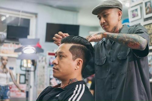 Chủ tiệm cắt tóc cho ca sĩ Tuấn Hưng