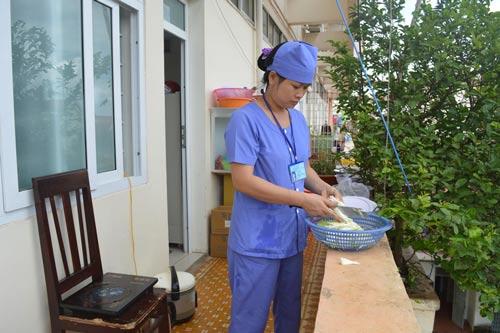 """Khu vực """"nhà bếp"""" của nhóm bác sĩ Nguyễn Văn Điền là hành lang bệnh viện"""