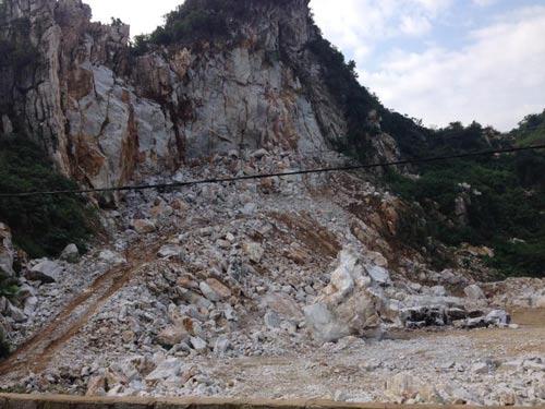 Hiện trường vụ sập mỏ đá khiến 3 người chết, 1 người bị thương nặng ngày 16-10