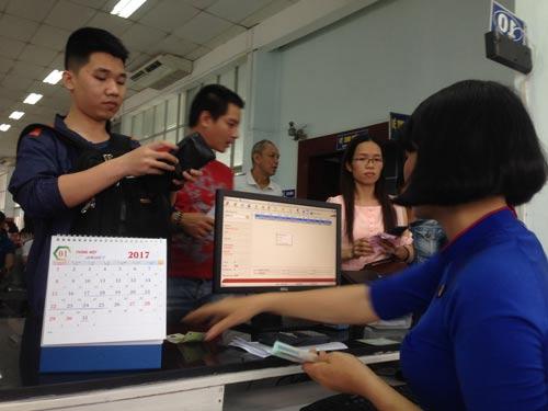 Hành khách mua vé tại ga Sài Gòn