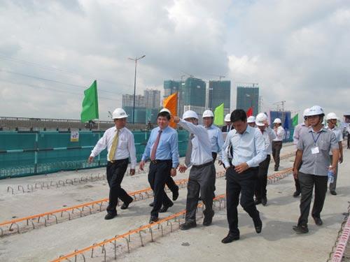 Chủ tịch UBND TP HCM Nguyễn Thành Phong (thứ hai từ trái sang) tại buổi lễ hợp long cầu metro vượt sông Sài Gòn