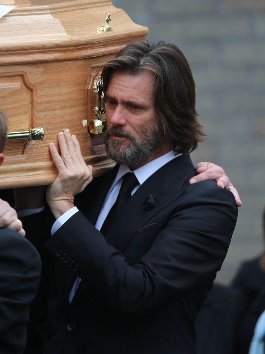 Jim Carrey gặp rắc rối sau cái chết của bạn gái.