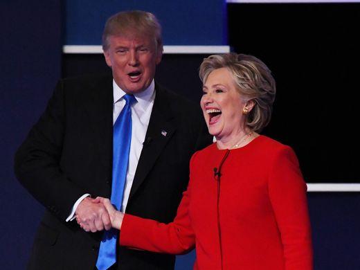 Bà Clinton chọn trang phục nổi bật khác với màu lạnh thường thấy cho cuộc tranh luận đầu tiên. Ảnh: AP
