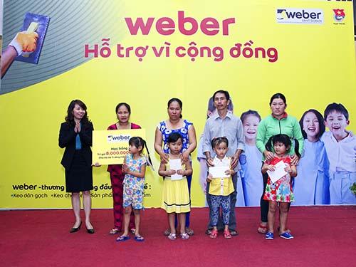 Đại diện Công ty Saint-Gobain Weber Việt Nam trao tặng học bổng cho các em có hoàn cảnh khó khăn