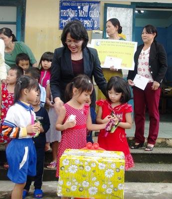 Phó Chủ tịch nước Đặng Thị Ngọc Thịnh tặng quà cho các cháu mẫu giáo ở xã An Hiệp, huyện Tuy An, tỉnh Phú Yên Ảnh: NAM PHƯƠNG