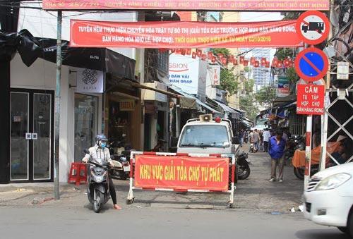 UBND phường 5, quận 3, TP HCM chốt chặn ở đầu hẻm 287 Nguyễn Đình Chiểu để giải tỏa chợ tự phát