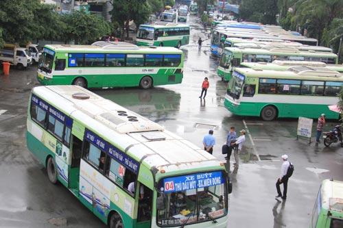 Xe buýt nối đuôi nhau xuất bến ở Bến xe Miền Đông Ảnh: SỸ ĐÔNG