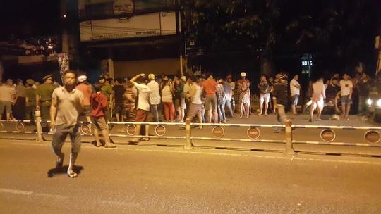 Nhiều người dân tập trung tại hiện trường đêm xảy ra tai nạn Ảnh: XUÂN HOÀNG