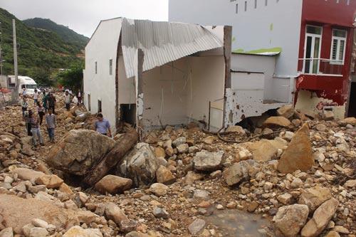 Khu dân cư Hòn Xện bị vùi trong đất đá sau khi mương nước bị vỡ Ảnh: KỲ NAM