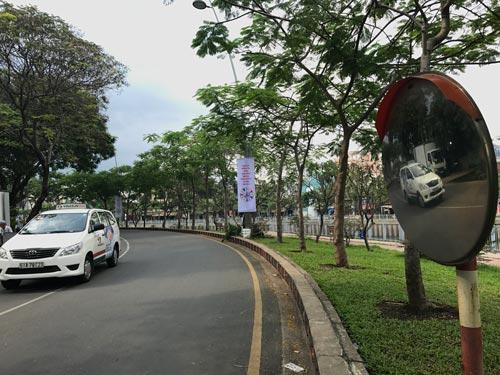 Nhờ có gương cầu lồi, người chạy xe trên đường Hoàng Sa quan sát tốt hơn, hạn chế tai nạn Ảnh: GIA MINH