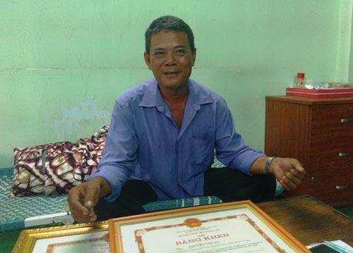 Ông Nguyễn Văn Ra nhận được nhiều giấy khen do thành tích bắt cướp Ảnh: SỸ HƯNG