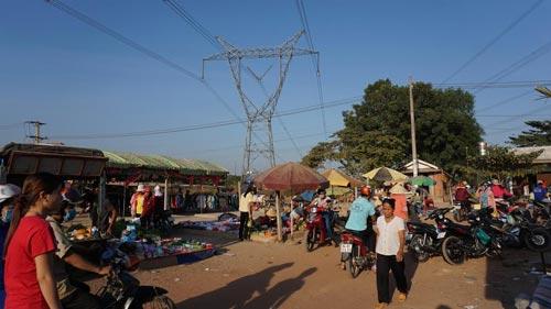 Khu chợ tự phát nằm dưới lưới điện cao áp này vừa bị UBND phường Tân Hiệp, thị xã Tân Uyên tiến hành giải tỏa