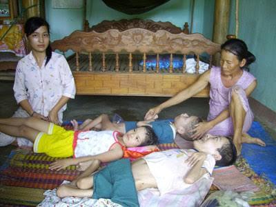 Mẹ của anh Hồi (bìa phải) dành hết thời gian ở nhà chăm sóc những người con bệnh tật