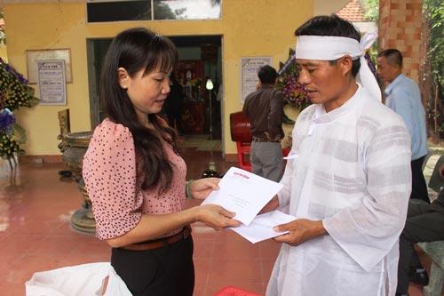 Bà Nguyễn Thị Hằng, Phó Chủ tịch LĐLĐ tỉnh Khánh Hòa, trao 10 triệu đồng hỗ trợ từ Quỹ Xã hội từ thiện Báo Người Lao Động cho gia đình anh Phạm Công Dũng có vợ và con tử nạn Ảnh: KỲ NAM