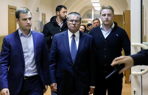 Cựu bộ trưởng Bộ Phát triển Kinh tế Nga Alexei Ulyukayev (giữa) hiện bị quản thúc tại nhà Ảnh: POLITLAND