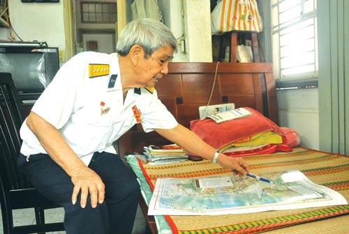 Đại tá Trần Phong giới thiệu tấm bản đồ hướng dẫn đường Hồ Chí Minh trên biển