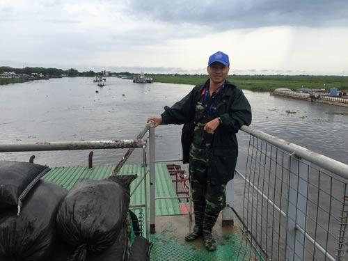 Đại úy Nguyễn Đức Thắng trong một lần hộ tống đoàn phà chở hàng cứu trợ của Liên Hiệp Quốc(Ảnh do nhân vật cung cấp)
