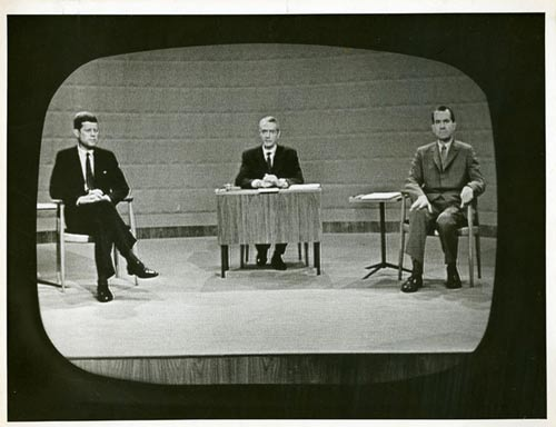 Thượng nghị sĩ John Kennedy (bìa trái) và Phó Tổng thống Richard Nixon trong cuộc tranh luận truyền hình đầu tiên trong lịch sử Mỹ năm 1960 Ảnh: HISTORY