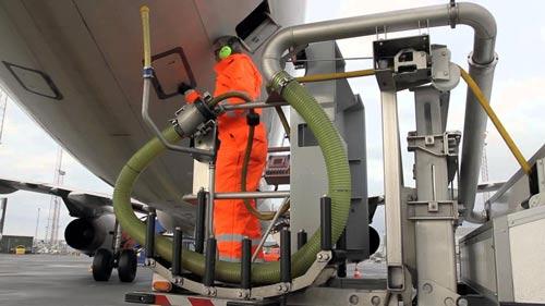 Nhân viên xử lý chất thải toilet máy bay sau khi hạ cánh Ảnh: YOUTUBE