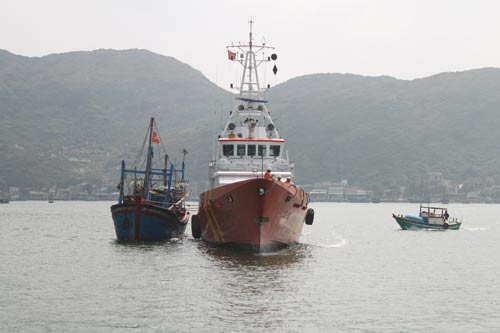 Một tàu cá Bình Định gặp nạn do hỏng máy được tàu cứu nạn lai dắt vào bờ Ảnh: ANH TÚ