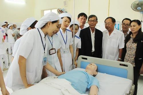 Anh Phạm Xuân Danh (áo vest đen) trong một lần đến thăm điều kiện thực hành ở Trường Cao đẳng Y tế Khánh Hòa