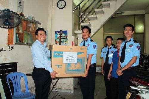 Ông Dương Văn Lầu, Phó Giám đốc Công ty Dịch vụ Bảo vệ Hùng Minh (trái), trao quà cho nhân viên trong một dịp đến thăm khu lưu trú