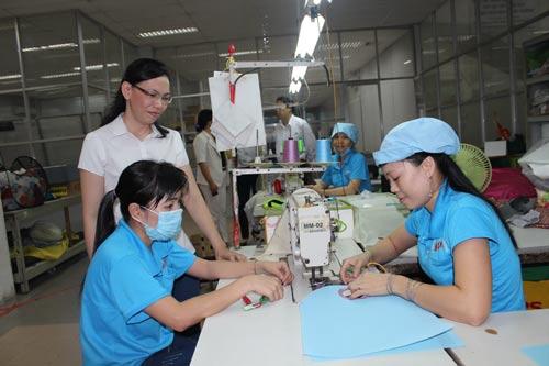 Chị Nguyễn Thị Anh Kim, Chủ tịch Công đoàn Công ty Sedo Vina (đứng), luôn chủ động nắm bắt tâm tư, nguyện vọng của công nhân