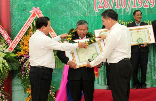 Lãnh đạo Tập đoàn Công nghiệp Cao su Việt Nam trao giải thưởng cho các điển hình lao động sáng tạo