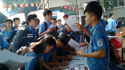 Ứng viên đăng ký tìm việc tại ngày hội việc làm do Trường CĐ Kỹ thuật Cao Thắng tổ chức năm 2015