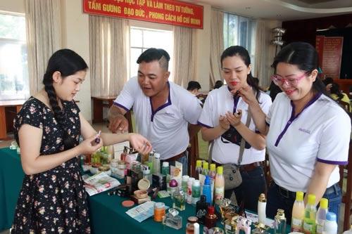 Chuyên gia hãng mỹ phẩm Oriflame tư vấn cách chăm sóc da cho nữ CNVC-LĐ tại ngày hội
