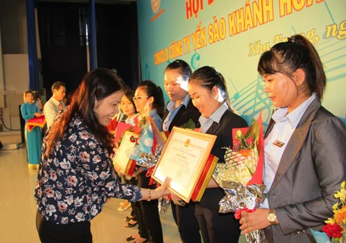 Bà Bùi Thị Hạnh, Phó Tổng Giám đốc Công ty TNHH Nhà nước MTV Yến sào Khánh Hòa, khen thưởng nữ cán bộ, công nhân viên tiêu biểu Ảnh: KỲ NAM