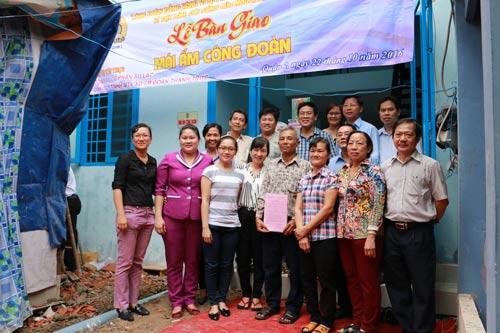 Lãnh đạo LĐLĐ TP HCM và LĐLĐ quận 2 chung vui với gia đình chị Võ Thị Hồng Lệ