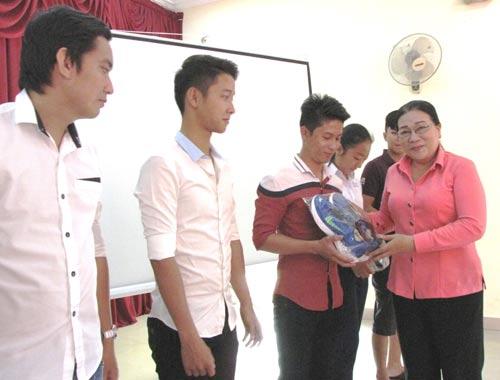 Bà Nguyễn Thị Bích Thủy, Phó Chủ tịch LĐLĐ TP HCM, trao tặng giày cho CN và con CN khó khăn tại quận Tân Phú