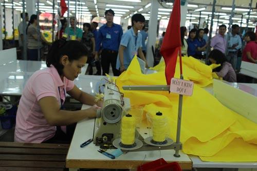 Các thí sinh tham gia hội thi thợ giỏi ngành may do Công đoàn và Đoàn Thanh niên Công ty Dệt may Gia Định tổ chức